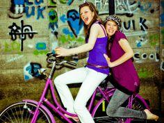 Girls on a bike, gezellig samen fietsen, pubers
