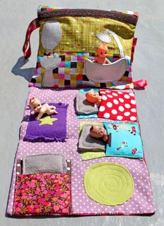 Easy to make portable doll house- great for the car, plane, or while waiting in a restaurant (can we get the weird little naked baby dolls too? Sewing Toys, Sewing Crafts, Sewing Projects, Craft Projects, Sewing Ideas, Sewing For Kids, Diy For Kids, Crafts For Kids, Quiet Books