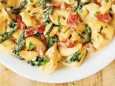 Az olasz konyha híres a paradicsomos tésztákról, melyek közül ma egy klasszikus receptet turbóztam fel spenóttal és mozzarellával. Próbáld ki te is! Paradicsomos,... Tovább olvasom Tortellini, Ricotta, Pasta Recipes, Cantaloupe, Fruit, Food, Lasagna, Essen, Meals