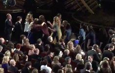 The Hollywood Reporter Chris Gardner zachytil zábery , ktoré všetci skončili všetci prichádza v pre skupinové objatí. | Brie Larson Hugged Each Sexual Assault Survivor From Lady Gaga's Oscars Performance