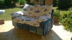 Vecchio divano rivestito con jeans riciclato per arredare una veranda.