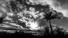 O Pôr do Sol da sacada da minha casa em preto e branco.