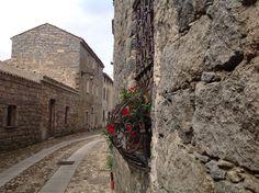 Strade selciate tracciano il percorso tra i vicoli del centro storico, che regalano scorci di singolare fascino.