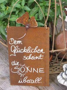 """Edelrost Schild mit Ginkoblatt """"Dem Glücklichen""""  Wunderschönes Edelrost Schild mit einem Ginkoblatt als Dekoration für Haus und Garten.  Auch als Geschenk für gute Freunde und Bekannte eine tolle Idee.  Das Schild ist zum Hängen und wird inkl. Bastband geliefert.  Das Edelrost Schild ist mit folgendem Spruch versehen:  """"Dem Glücklichen schein die Sonne überall""""  Größe:      Höhe: 32 cm     Breite: 15 cm  Preis: 13,- €"""