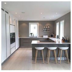 | K J Ø K K E N | Fantastisk grå & hvit løsning hjemme hos @randisagvolden De fine detaljene i blått og tre skaper fint liv i rommet ⭐️ #hth #hthnorge #hthkjøkken #kjøkkeninspirasjon