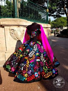 Source by lindacoralg mexicanos Mexican Fashion, Mexican Outfit, Elegant Dresses, Pretty Dresses, Beautiful Dresses, Xv Dresses, Fashion Dresses, Quince Dresses Mexican, Charro Dresses