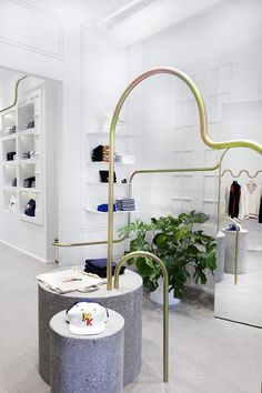 French designer Mathieu Lehanneur has created the new flagship store in New York of Paris-based fashion brand and music label Maison Kitsuné. Boutique Interior Design, Top Interior Designers, Top Designers, Parisian Architecture, Architecture Design, Mathieu Lehanneur, Mid Century Modern Lighting, Retail Space, Mid Century House