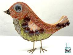 MILAGROS QUINTERO. Realizó este pajarito de madera con la técnica del Vitromosaico en DCH Taller de Arte David Chávez. Creado con vidrios opalescentes y gemas de vidrio. Las patitas son de latón.