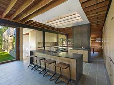 plafond en bois et un îlot fonctionnel dans la cuisine rustique