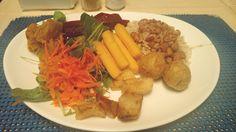 Arroz integral, feijão carioca, beterraba, abóbora, agrião, cenoura, batatas assadas, polenta frita e bolinhas de queijo.