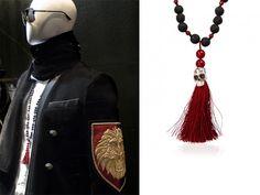Collar inspirado en los mandalas budistas con calavera en plata y borlón burdeos.  Necklace inspired by buddhist mandalas with silver skull and burgundy tassel.