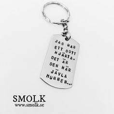 JAG HAR ETT GOTT HJ?RTA. DET ?R DEN H?R J?VLA MUNNEN... by SMOLK -Handstamped jewelry with a twist Nyckelring med handstansad text p? en id-bricka av rostfritt st?lStorlek: 48x26 mm samt nyckelrings?mne om 50 mmText: JAG HAR ETT GOTT HJ?RTA. DET ?R DEN H?R J?VLA MUNNEN...Vill du ha din egen text? Maila till info@smolk.se s? fixar vi det :)