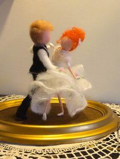 Купить или заказать Cтатуэтка из валяной шерсти 'Свадебный вальс' в интернет-магазине на Ярмарке Мастеров. Статуэтка 'Свадебный вальс' - прекрасная память дня Вашей свадьбы. Это может быть и неординарным подарком для молодоженов. По Вашему желанию можно изменить: цвета, позы, размеры. цвет волос... Основа - деревянная рамка.
