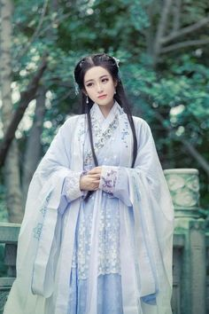 Can we just revive traditional chinese clothing? It is just so breathtakingly gorgeous and such an important part of Chinese history Chinese Traditional Costume, Traditional Fashion, Traditional Dresses, Hanfu, Cheongsam, China Girl, Japanese Kimono, Mode Style, Asian Fashion