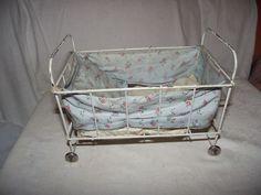 altes Puppenbett aus Metall mit Räder und Umrandung 30er Jahre .