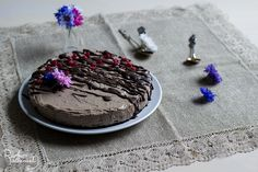 Ilahduta lähimmäistäsi herkullisella lakritsijuustokakulla, josta löytyy myös hieman kaakaota! Kakku onnistuu ilman ihmeempiä välineitä ja aineksia ja on parhaimmillaan seuraavana päivänä.