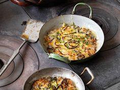 Erdäpfel-Lauch-Rösti mit Bergkäse Curry, Paella, Quiche, Pizza, Breakfast, Ethnic Recipes, Kitchen, Food, Austria