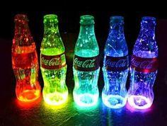 vasos que brilham no escuro feito com garrafas de coca cola