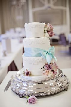 vintage wedding cake, image by Linzie Russo Photography http://linzierussophotography.com/blog/home/