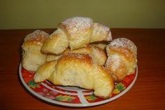 Ebből a mennyiségből 64 apró kiflink lesz, de ha nem akarunk kétszer dolgozni, akkor ne csináljunk kevesebbet, mert nagyon finom! Hozzávalók 60 dkg liszt 20 dkg zsír 4 dkg élesztő 4 dkg cukor 1 tojás 0,5-1 dl tej só A töltelékhez 75 dkg túró 15 dkg cukor 1 dl tejföl 5 dkg mazsola 3 dkg … French Toast, Muffin, Bread, Cookies, Breakfast, Food, Biscuits, Morning Coffee, Cookie Recipes