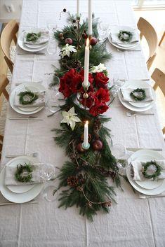 Christmas Table Settings, Christmas Tablescapes, Christmas Centerpieces, Christmas Decorations, Christmas Post, Green Christmas, Christmas Wreaths, Natural Fall Decor, Christmas Tree Napkin Fold