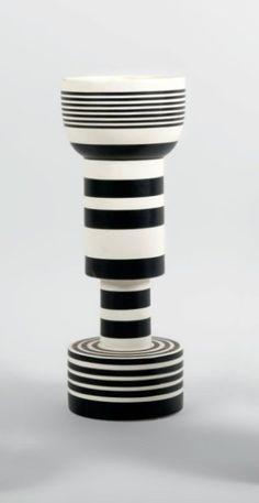 ETTORE SOTSASS ET BITOSSI Vase totem en faïence composé d'éléments géométriques.