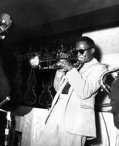 American jazz trumpeter Miles Davis performs on stage with the Miles Davis Quintet on October 7 1956 in St Louis Missouri Miles Davis Quintet, Man Of Mystery, Wayne Shorter, Herbie Hancock, Jazz Artists, Jazz Dance, Billie Holiday, Jazz Blues, Animal Quotes