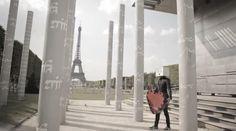 """Marco Mengoni presenta su nuevo single """"Non passerai""""  El video está rodado en París dónde se ve a una persona con una caja en la cabeza que va cambiando de expresión. Con él lleva un corazón y se va haciendo fotos con los transehuntes y finalmente... tendréis que averiguarlo vosotros."""