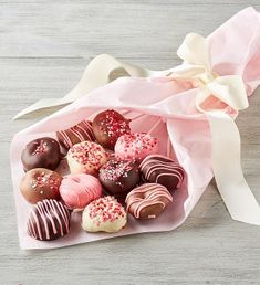 Treat someone special to a unique and delicious gift. Each of the miniature donuts on this bouquet are dipped in either dark or white chocolate before being topped with chocolate drizzle and candy toppings. Chocolate Roses, Chocolate Bouquet, Chocolate Dipped, White Chocolate, Candy Bar Bouquet, Food Bouquet, Oreos, Cake Pops, We Take The Cake