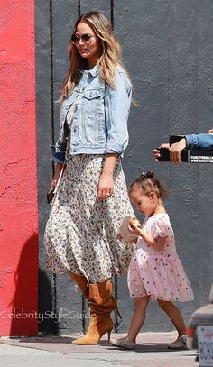 Chrissy Teigen Wears the Floral Dress Youll Live in This Summer Winter Fashion Outfits, Spring Outfits, Autumn Fashion, Chrissy Teigen Style, Fashion News, Boho Fashion, Celebrity Style Guide, Style Guides, Nice Dresses