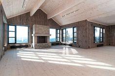 Sandstultoppen ligger meget sentralt og nær sagt midt i hjertet av Hafjell med panoramautsikt over Gudbrandsdalen. Hytta ligger fint til i Hafjell med fantastisk panorama utsikt ca 900 m.o.h. Det er kun 50 m til langrennsløypene, eller man kan ta på seg slalåmskiene og skli rett inn i løypenettet til Hafjell Alpinsenter. Mountain Cottage, Cozy Cottage, Farmhouse Chic, Farmhouse Ideas, Cabin Interiors, Bungalow, Interior Decorating, House Design, Architecture
