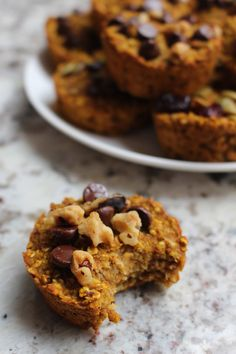 These little bites of baked oatmeal are a great on-the-go healthy snack (or breakfast!) packed with vitamin A, fibre and yummy pumpkin spice flavour. Baked Pumpkin, Pumpkin Recipes, Pumpkin Spice, Baked Oatmeal Muffins, Baking Muffins, Fodmap Recipes, Paleo Recipes, Free Recipes, Breakfast Dessert