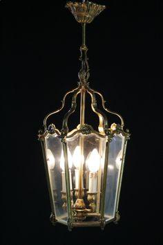 Lanterna esagonale con vetri bisellati. Tre punti luce.