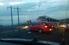 La mañana de este viernes, en la carretera Morelia-Charo, un auto compacto de color rojo se impactó de frente contra un camión suburbano con fatales consecuencias – Morelia, Michoacán, 02 ...