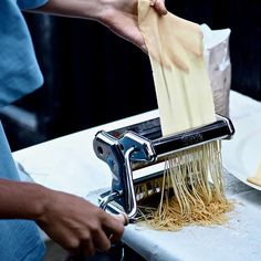 🍝HJEMMELAVET PASTA 🍝 Jeg elsker at lave min egen pastadej fordi:  1) Det er ret nemt 2) Det smager bedre og konsistensen er bedre! 3) Jeg ved hvad der er i . Hold fast, fordi det er faktisk super nemt og kræver få ingredienser eller køkkenredskaber, at lave sin egen pasta. Der er selvfølelig fordelagtigt at lave pasta, hvis du har en pastamaskine, men det er overhovedet ikke et must! Tjek marialottes.dk og se min guide til hvordan du laver hjemmelavet pasta (med og uden maskine) 🙌💛… Guide, Stevia, Mad, Playing Cards, Playing Card Games, Game Cards, Playing Card
