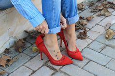 Zapatos rojos de ante con lazada en el talón