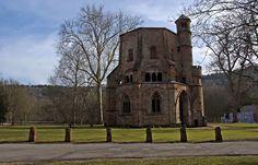 Dieses Jahr dauert das mit dem Frühlingsanfang ja ewig. ... ... Aber das ist dem alten Turm in Mettlach egal. Der hat schon so viele Frühlingsanfänge geshen, da kommt`s dem auf einen mehr oder weniger und dessen Pünktlichkeit, auch nicht mehr an. :-)  http://de.wikipedia.org/wiki/Alter_Turm_%28Mettlach%29