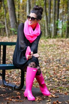The Sweetest Thing brightens a rainy day in pink Hunters and I want the rain boots Pink Hunter Boots, Hunter Rain Boots, Pink Boots, Looks Chic, Looks Style, My Style, Pink Style, Fall Winter Outfits, Autumn Winter Fashion