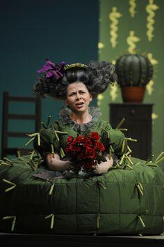 Data: 2011 Luogo: Teatro Estatal de Hesse Regia: Michiel Dijkema Costume: Claudia Damm Attore: (Berta) Stephanie Gooch / Ute Döring / Sarah Jones Fonte: http://www.michieldijkema.nl/language_nl/prod_barbiere.html