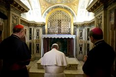 Pope Francisco visited the tomb of St. Peter, on the afternoon of Monday (01/04), located in the excavations of the necropolis under the Vatican Basilica of St. Peter and the tombs of the Popes.  The Holy Father was accompanied by Archpriest of St. Peter's Basilica, Cardinal Angelo Comastri, the delegate of the Fabric of St. Peter, Don Vittorio Lanzani, and those responsible for the Vatican necropolis, Pietro Zander and Mario Bosco.