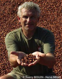 François Pralus est l'un des rares artisans à fabriquer son chocolat à partir des fèves de cacao de sa plantation à Madagascar. Il a ainsi créé la Barr...