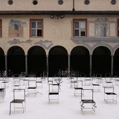 50 Manga Chairs - Chiostro Minore di San Simpliciano, Milano. 50 sedie sono state allineate dal brand #Nendo lungo una griglia per rievocare il senso di una storia, di un fumetto #manga. #honeggerspazioalleidee #salonedelmobile #salonedelmobile2016 #fuorisalone #fuorisalone2016 #design #inspiration #space #design #milano #milan #milandesignweek #mdw