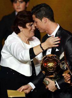 SS328. ZÚRICH (SUIZA), 13/01/2014.- El delantero portugués del Real Madrid Cristiano Ronaldo (d) es abrazado por su madre Maria Dolores dos ...