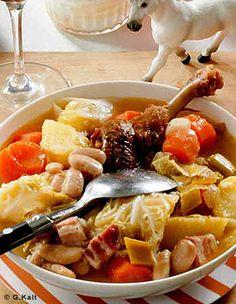 Recette Garbure du Béarn : Dans une cocotte, mettez 400 g de lard coupé en gros dés avec 2 carottes, 2 navets, 2 poireaux et 2 oignons coupés en morceaux,...