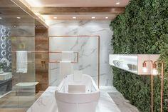 Toalheiros de teto e piso em banheiros e lavabos - veja modelos lindos com essa tendência! - DecorSalteado