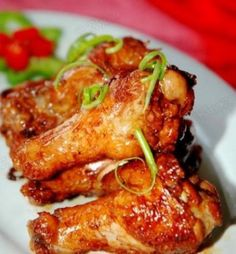 Red wine chicken wings - Ingredients: chicken wings, ginger, cooking oil, salt, light soy sauce, dark soy sauce, white sugar, red wine and ground pepper.