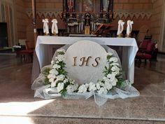 Church Altar Decorations, Table Decorations, First Holy Communion, Corpus Christi, Sacramento, Holi, Flower Arrangements, Easter, Flowers