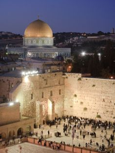 The Wailing Wall (Western Wall) and Dome of the Rock Mosque, Jerusalem, Israel and Prints of the holy land to the Jews. Places Around The World, Around The Worlds, Terre Promise, Terra Santa, Naher Osten, Israel History, Dome Of The Rock, Israel Palestine, Israel Travel
