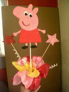 Peppa Pig Pepa Centerpiece Centro de mesa 3rd Birthday Parties, 2nd Birthday, Peppa Pig Baby, Kids Party Centerpieces, Peppa Pig Balloons, Pig Baby Shower, Pig Cupcakes, Pig Party, Diy For Kids