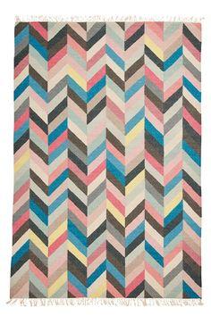 Et smukt, håndvævet tæppe som er dejligt at gå på.Mønster i kølige farver. Ren uld. <br><br>100% uld<br>Kemisk rens